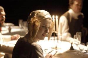Szenen-Foto aus einer Aufführung: Frau mit goldenem Hut