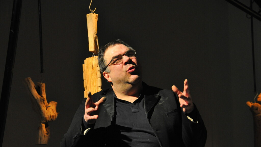 Photo from a performance: One man tells a story on a stage.