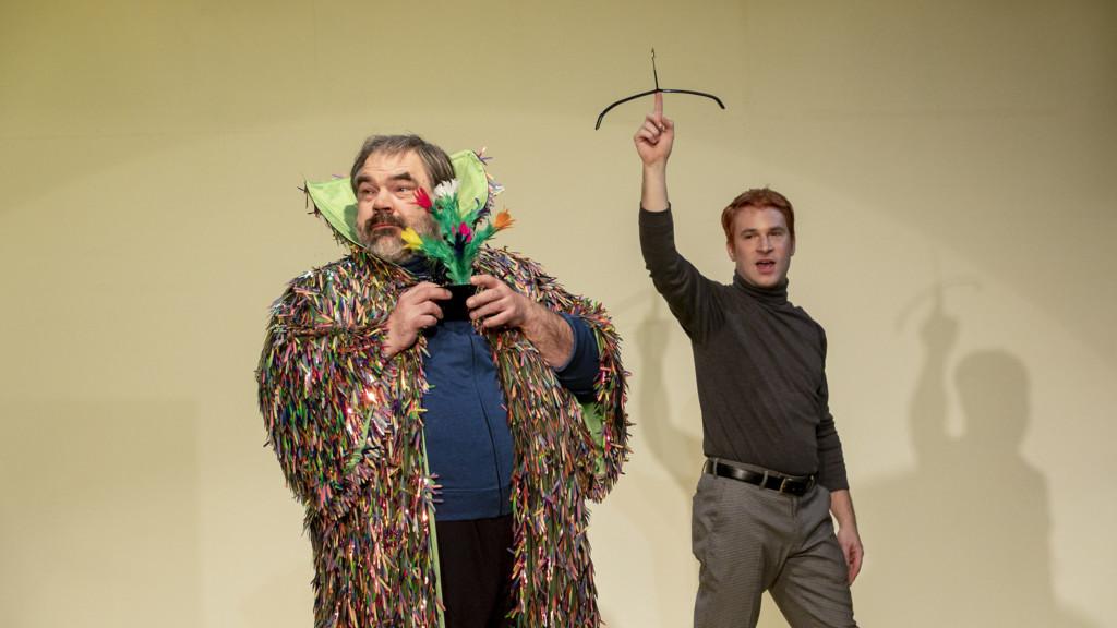 Szenenfoto aus einer Auffuehrung: Zwei Männer sind auf der Bühne.