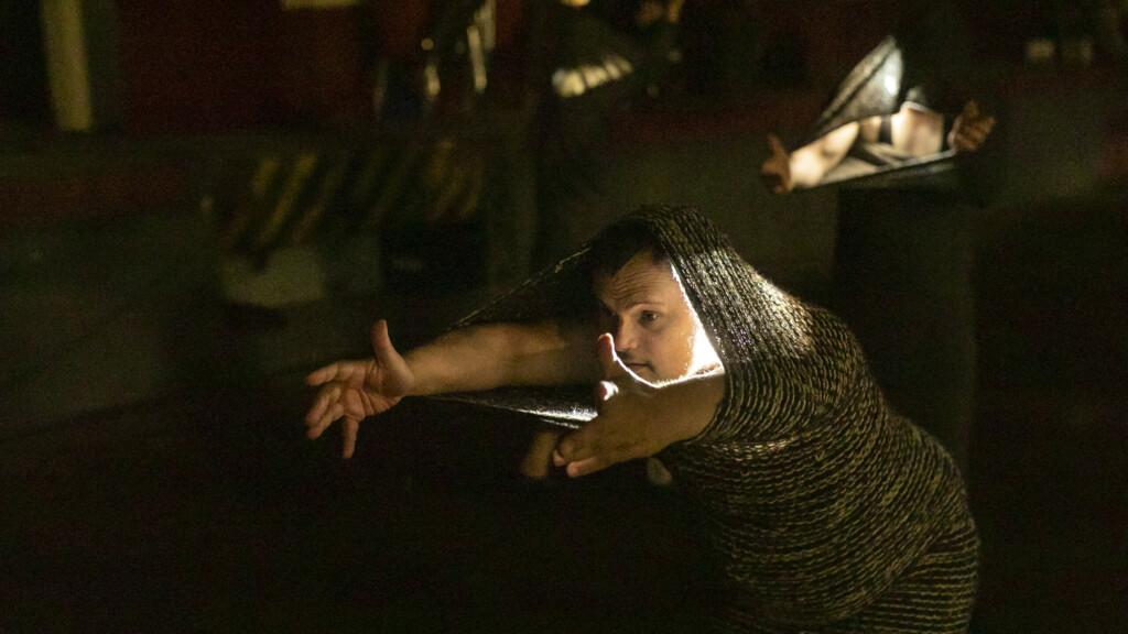 Szenenfoto aus einer Auffuehrung: Mann in einem Wollkostuem