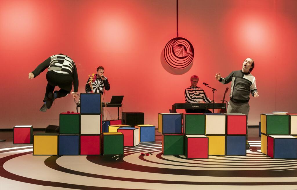 Szenenfoto einer Auffuehrung: Vier Maenner auf einer Theaterbuehne