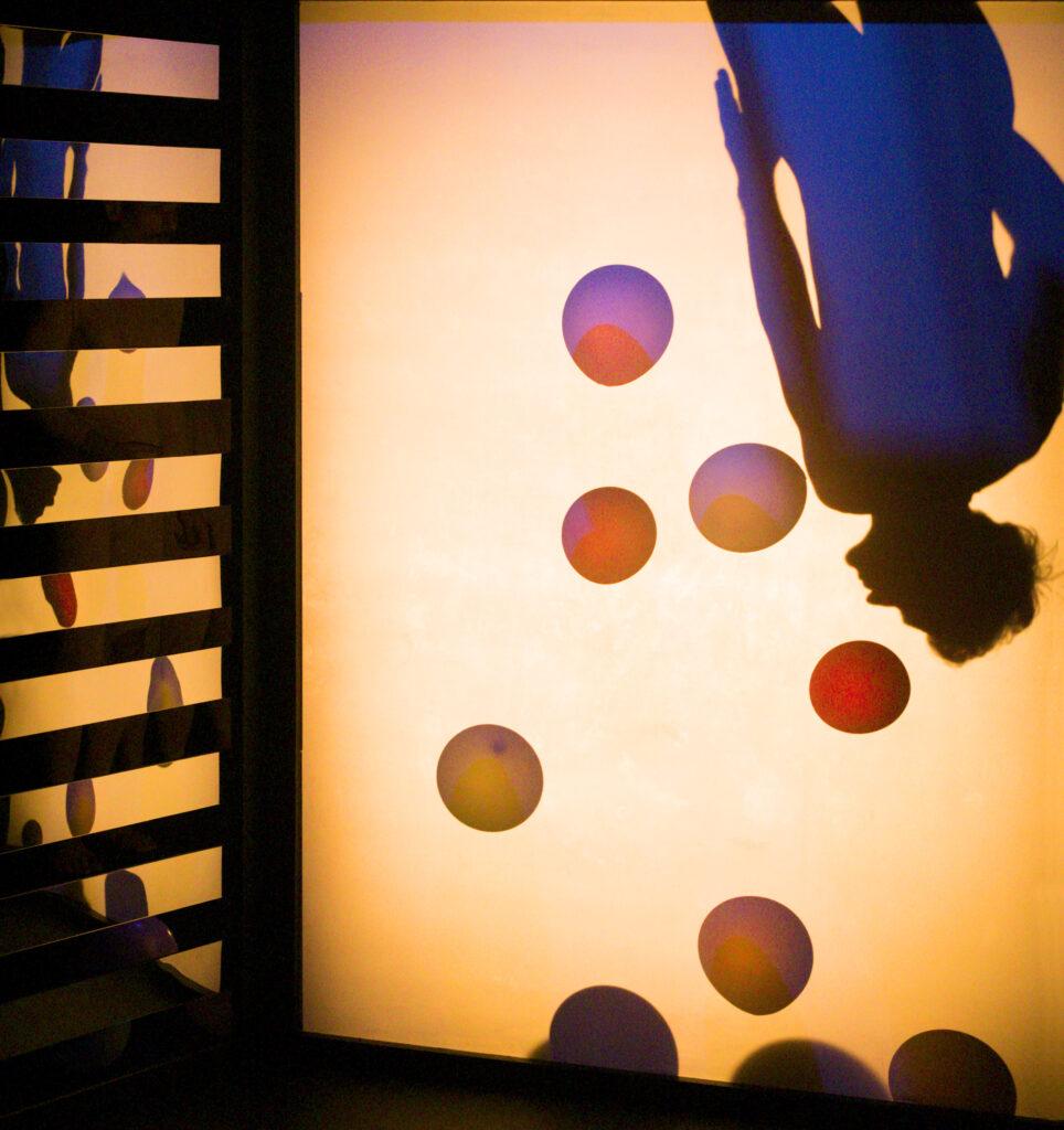 Szenenfoto einer Auffuehrung: Schatten eines Mannes kopfueber